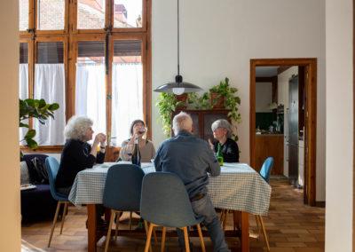 Amigues dinant al menjador de casa 1