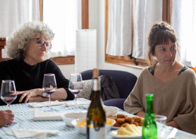 Amigues dinant al menjador de casa 2