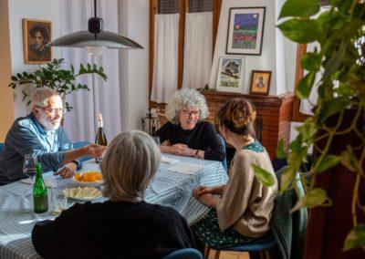 Amigues rient dinar al menjador de casa 2