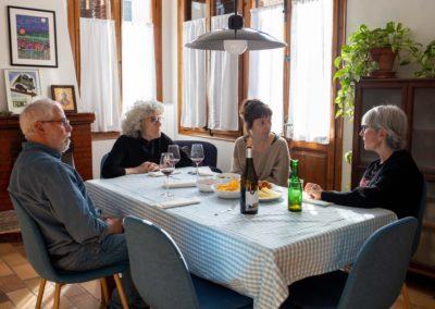 Amigues rient dinar al menjador de casa 3