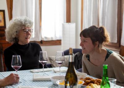 Amigues rient dinar al menjador de casa 4