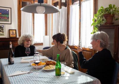 Amigues rient dinar al menjador de casa 1