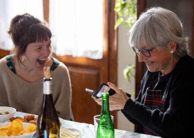 Amigues rient mirant el mòbil