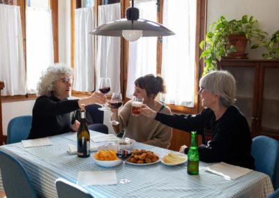 Amigues brindant al menjador de casa