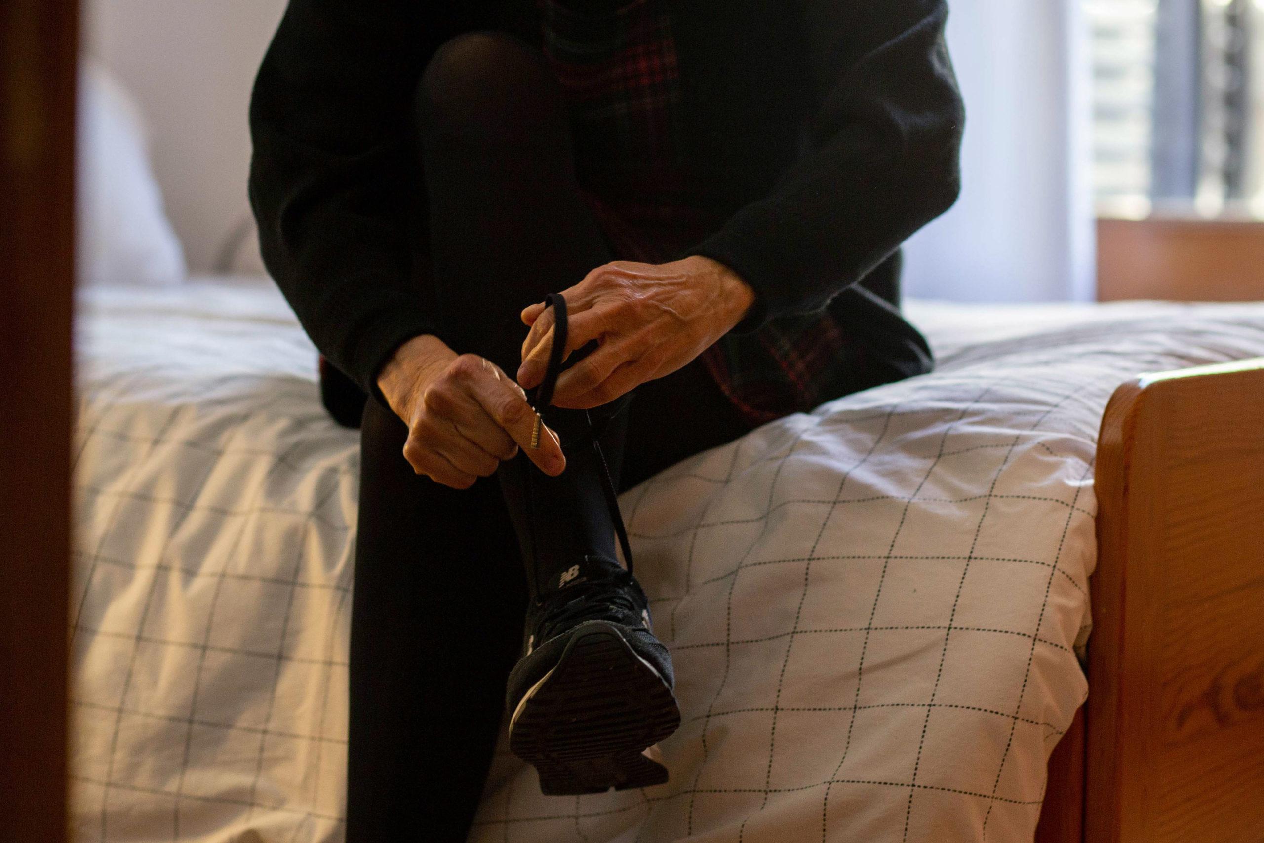 Pla detall d'una dona cordant-se les sabates