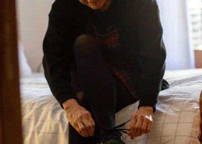 Dona cordant-se les sabates 3