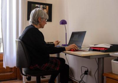 Dona escrivint a l'ordinador