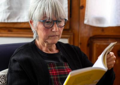 Dona llegint un llibre 1