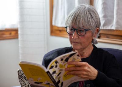 Dona llegint un llibre 2