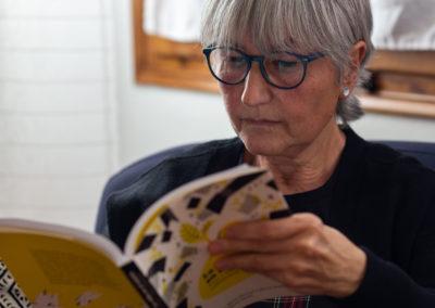 Dona llegint un llibre 3
