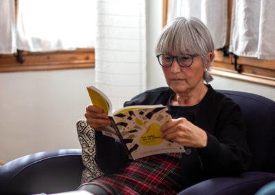 Dona llegint un llibre 4