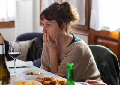 Dona al menjador de casa amb amigues 2