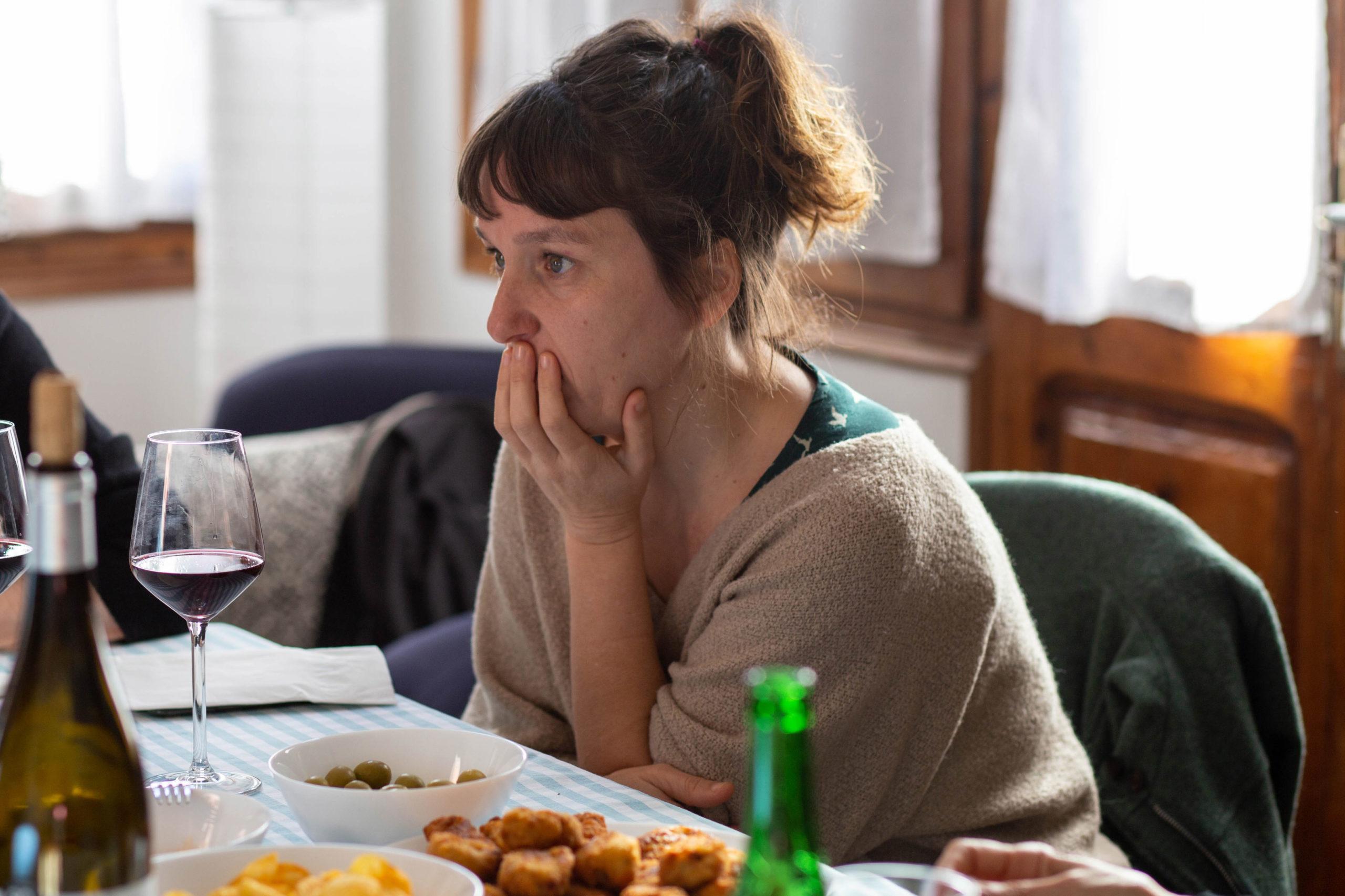 Pla mig dona asseguda en un dinar amb les amigues al menjador de casa