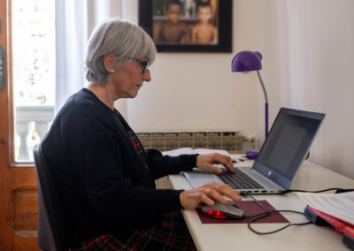 Dona a l'ordinador en un despatx 3