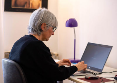 Dona a l'ordinador en un despatx