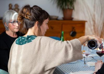 Dona servint vi al menjador