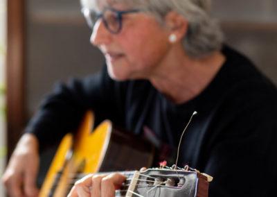 Dona tocant la guitarra 1