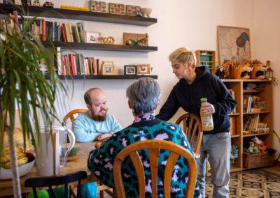 Tres companyes de pis al menjador de casa esmorzant 1