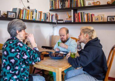 Tres companyes de pis al menjador de casa esmorzant 5