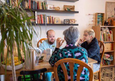 Tres companyes de pis al menjador de casa esmorzant 6