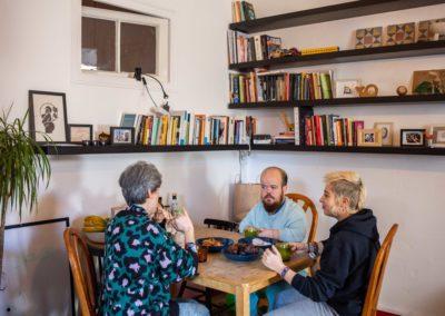 Tres companyes de pis al menjador de casa esmorzant 7