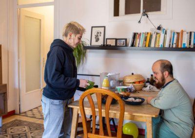 Tres companyes de pis al menjador de casa esmorzant 2