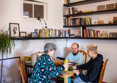 Tres companyes de pis al menjador de casa esmorzant 3