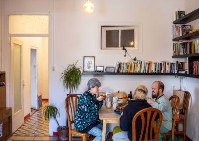 Tres companyes de pis al menjador de casa esmorzant 4