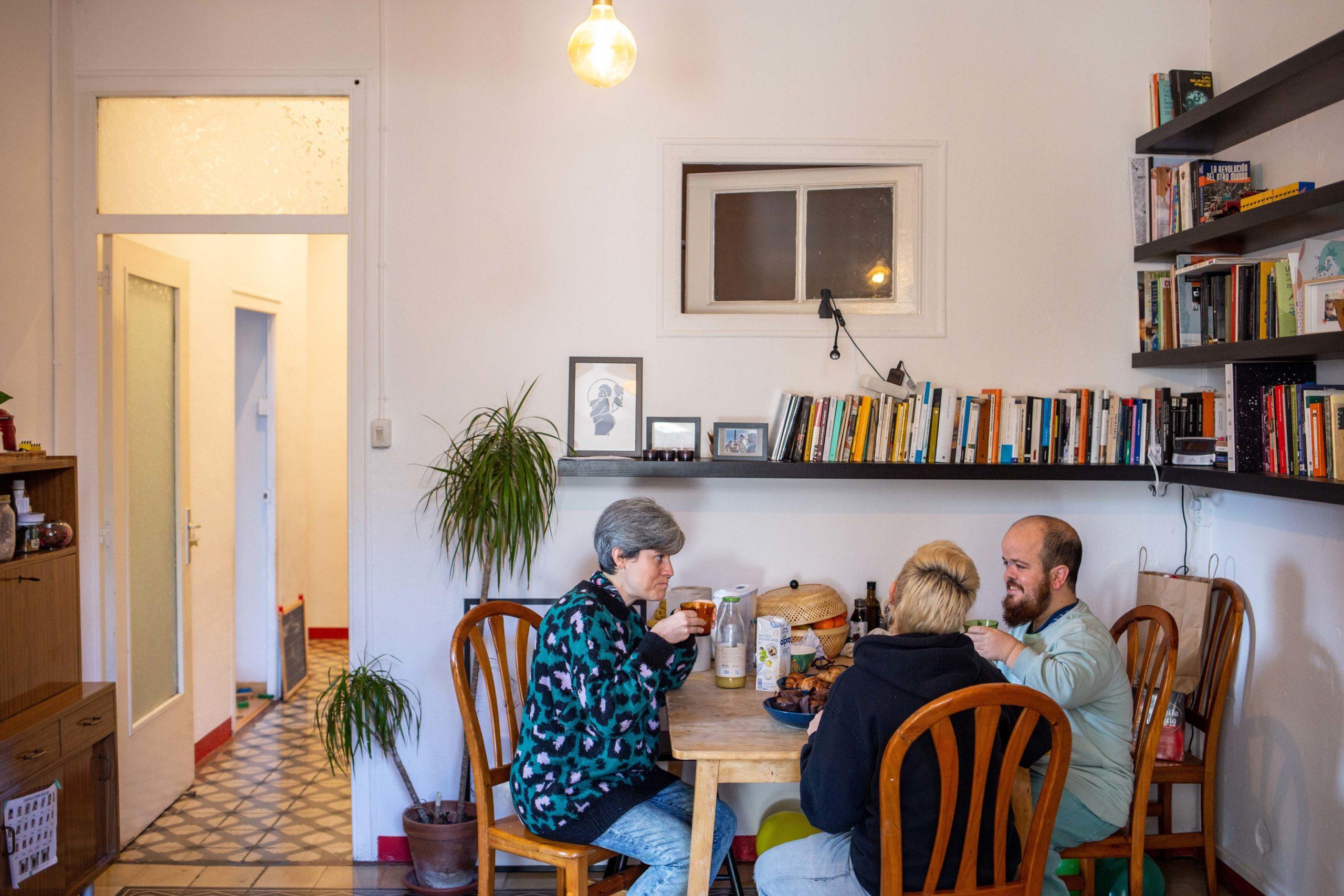 Tres companyes de pis al menjador de casa esmorzant plegades