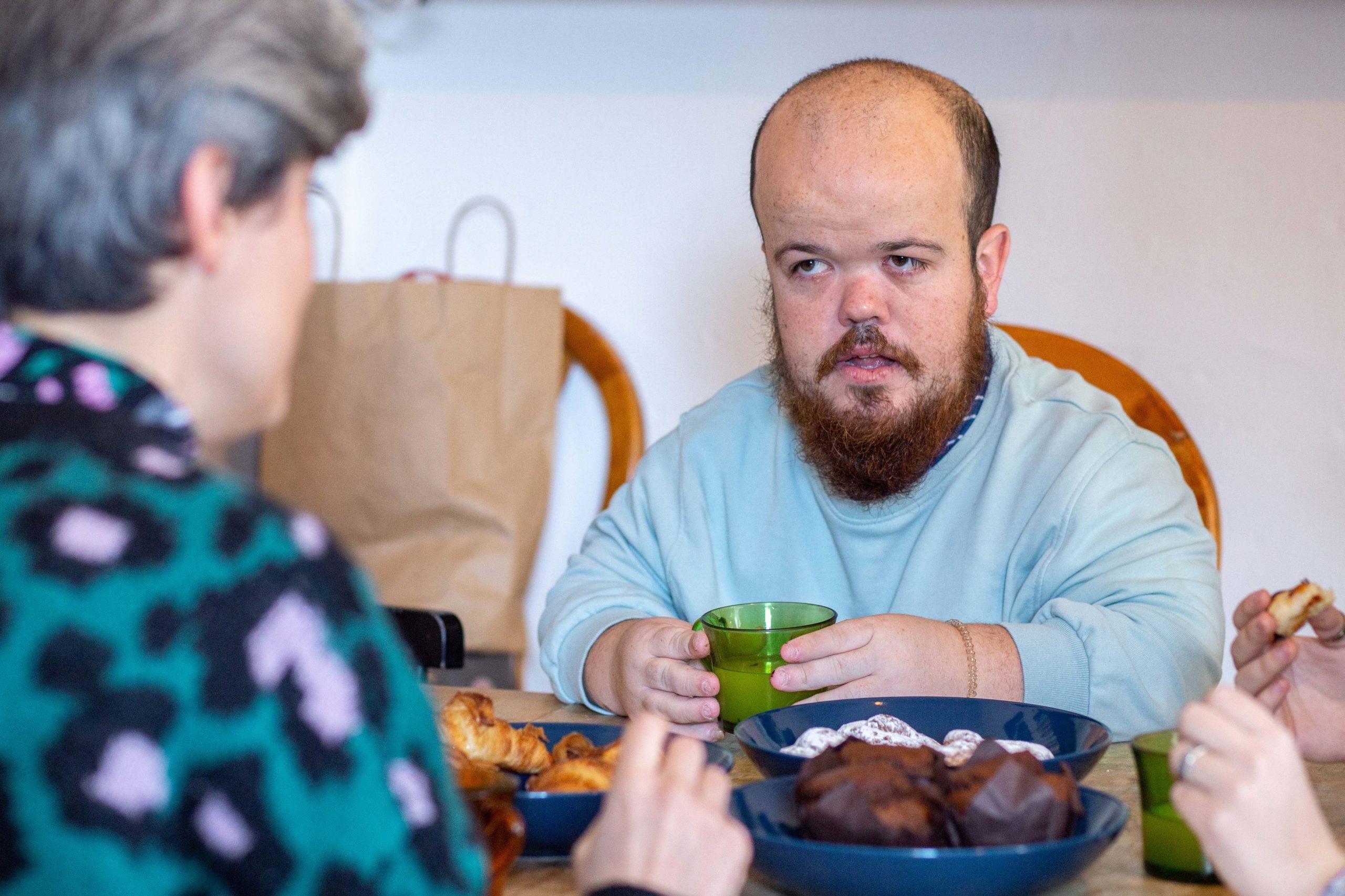 Noi esmorzant amb companyes de pis