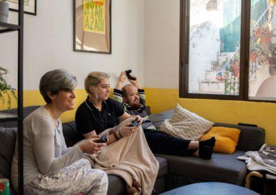 Companyes de pis jugant a un videojoc