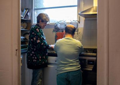 Companyes de pis pelant patates a la cuina