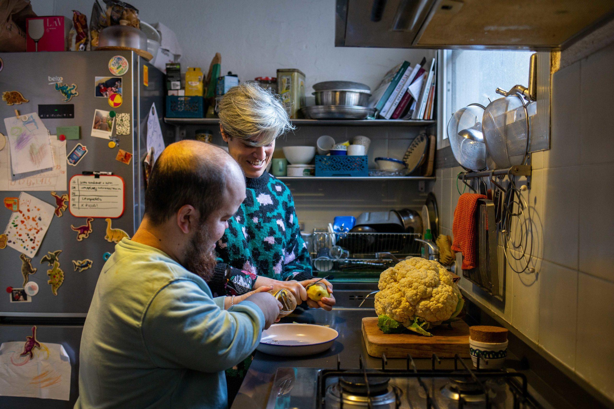 Dues companyes de pis pelant patates a la cuina
