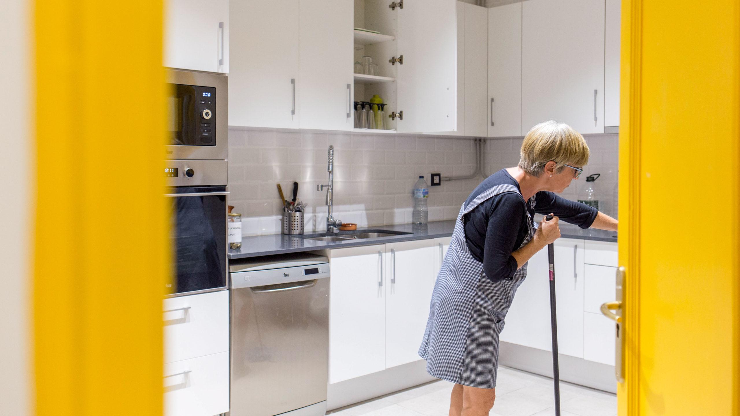 Dona escombrant la cuina