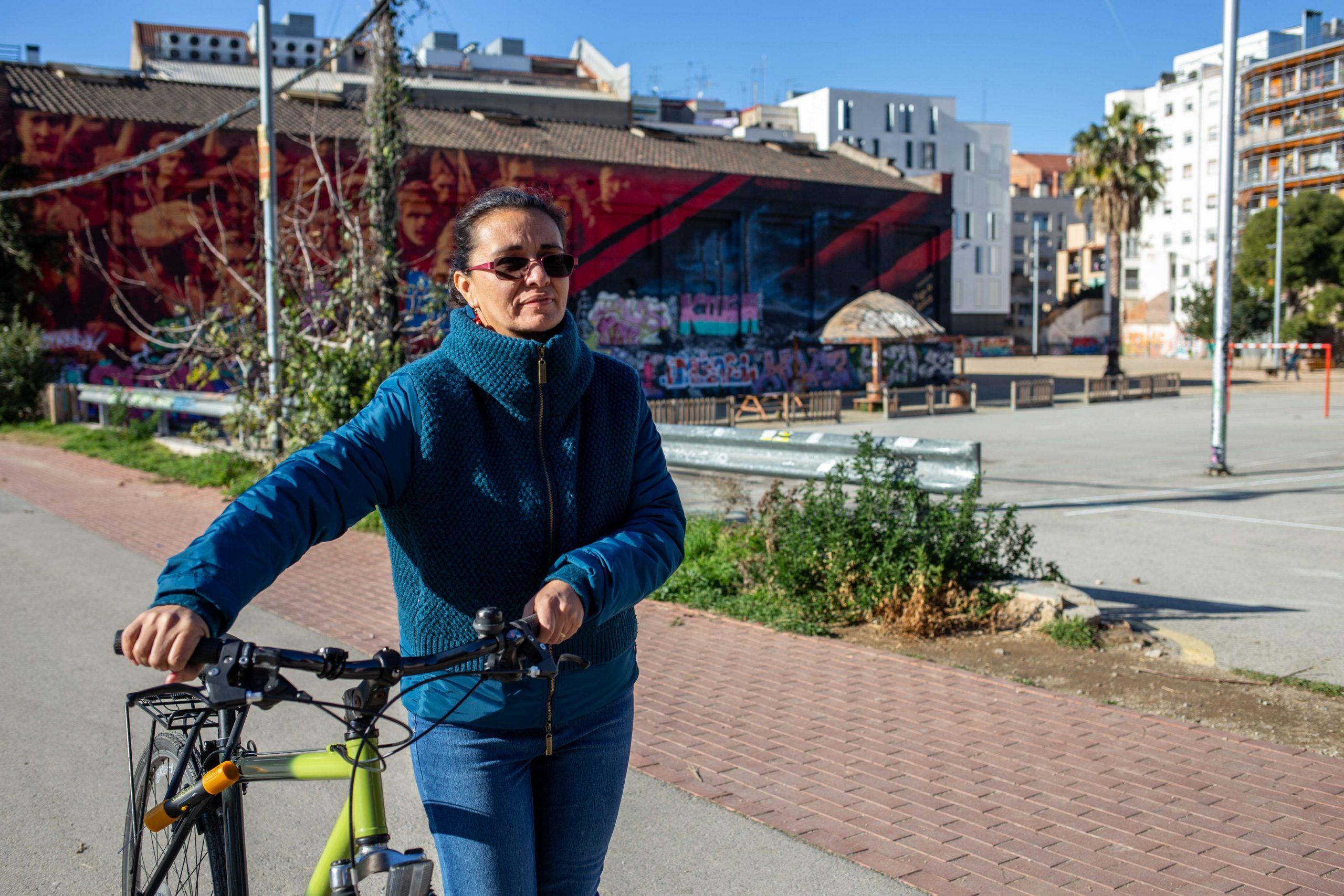 Dona passejant amb bicicleta