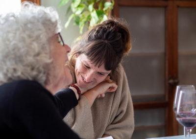 Dues dones agafades de la mà en un dinar