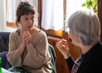 Dones parlant en un dinar al menjador de casa