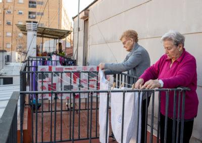 Dues dones estenent roba a la terrassa