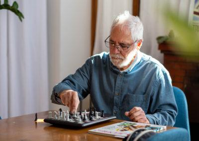 Home jugant a escacs