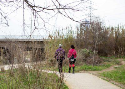 Dues dones passejant pel Delta de Llobregat